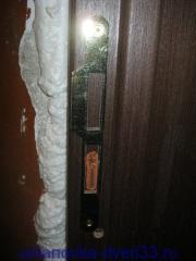 Примеряем положение ответной планки замка. Установка дверей во Владимире.
