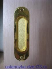 Установленная ручка двери-купе. Установка дверей во Владимире.