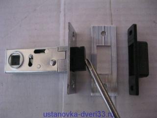 Магнитная защёлка маленькая с выдвинутым язычком.. Установка дверей во Владимире.
