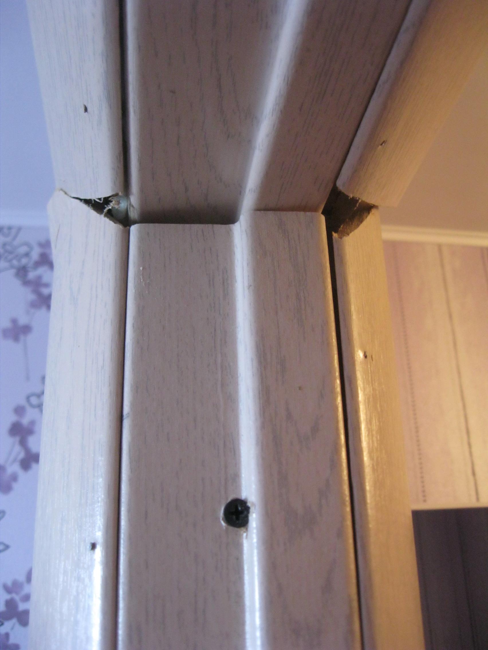 Стык коробочного бруса и наличников, выполненный непрофессионалом. Установка дверей во Владимире.